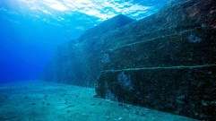 Steps to the stage on the Yonaguni Monument - Photo Pete McGee (c) Diveplanit