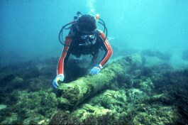 Diver with Cannon at Urca de Lima (Photo: Florida Division of Historical Resources)