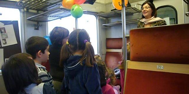 Scrittori e illustratori leggono storie in treno ai bambini