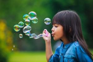 Insegnare l'autocontrollo con le bolle di sapone
