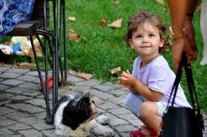Bambini e nonni: un rapporto che migliora con un cucciolo