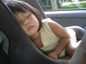 Dispositivi e trucchi per non dimenticare i bambini in auto
