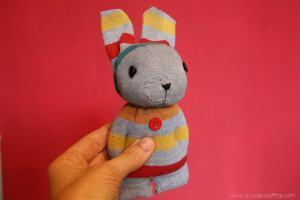 Pupazzo a forma di coniglio con un calzino