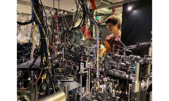 Physicists engineer an optical mirror made of only a few hundred atoms