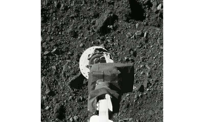 Touch-and-go: un vaisseau spatial américain échantillonnant un astéroïde pour le retour