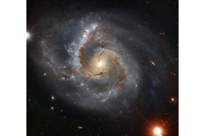 चित्र: हबल एक आकाशगंगा को एक अजीबोगरीब भुजा के साथ देखता है