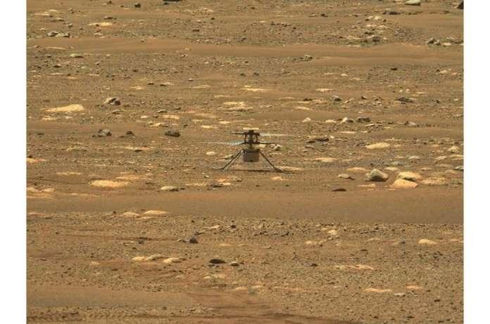 दृढ़ता रोवर के पेट के नीचे फरवरी में मंगल पर पहुंचने के बाद से, चार-पाउंड (1.8 किलोग्राम) के हेलीकॉप्टर को वें बनाया गया है