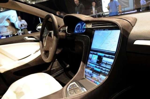 Le panneau de commande à écran tactile de la berline électrique Tesla Model S est vu lors du dévoilement de la voiture à Hawthorne, Californie en mars