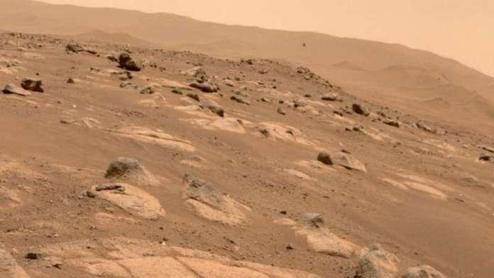 नासा की यह तस्वीर इनजेनिटी हेलिकॉप्टर के साथ एक सेल्फी में दृढ़ता मंगल रोवर को दिखाती है, यहाँ लगभग 13 फीट (3.9 मीटर) देखा गया है