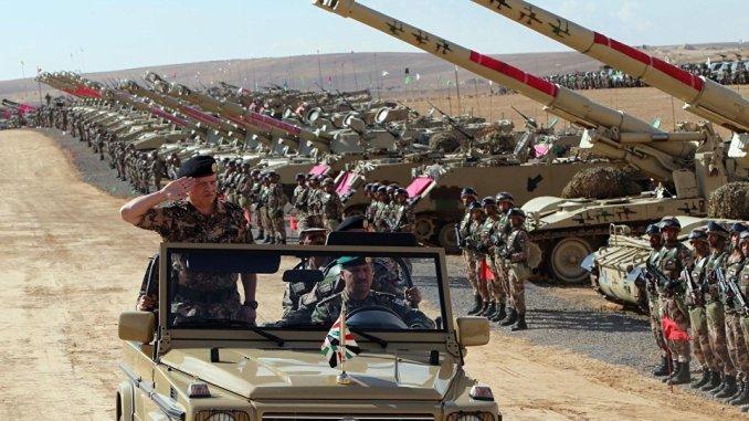ملك الأردن يتفقد الجيش