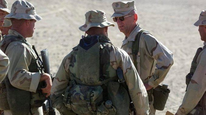 الجنرال جايمس ماتيس مع جنود أميركيين