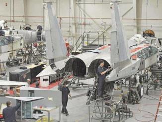 صيانة طائرة عسكرية في شركة السلام لصناعة الطيران
