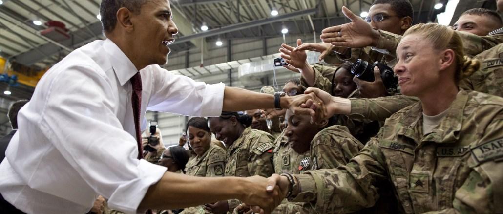 الرئيس السابق أوباما مع جنود أميركيين