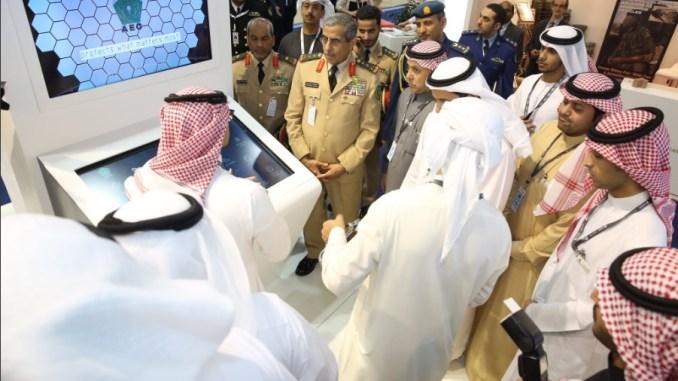 زيارة عبدالرحمن بن صالح البنيان، رئيس هيئة الأركان العامة لجناح الشركة المشارك بمعرض آيدكس
