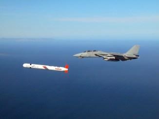 صاروخ توماهوك ومقاتلة F-14