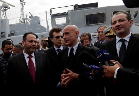 وزير الداخلية الإيطالي في قاعدة بحرية في ليبيا