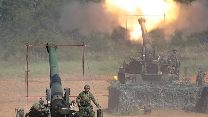 الجيش التايواني يطلق القذائف من مدافع هاوتزر