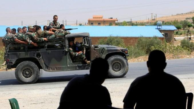 الجيش اللبناني في طريقه إلى بلدة عرسال (رويترز)