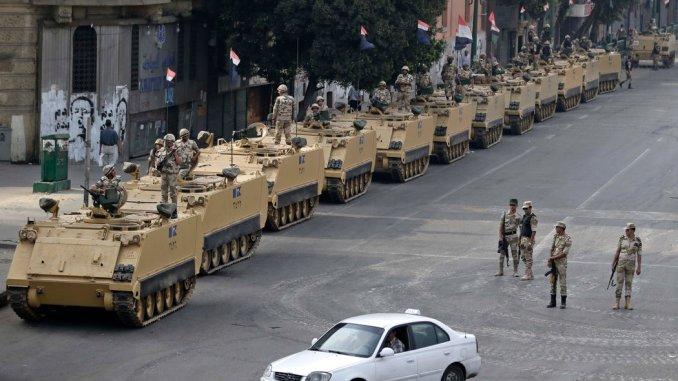 جنود مصريون في ساحة التحرير في القاهرة