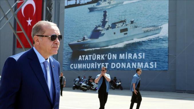 """الرئيس التركي خلال حفل إنزال السفينة الحربية التركية """"قينالي أدا"""""""