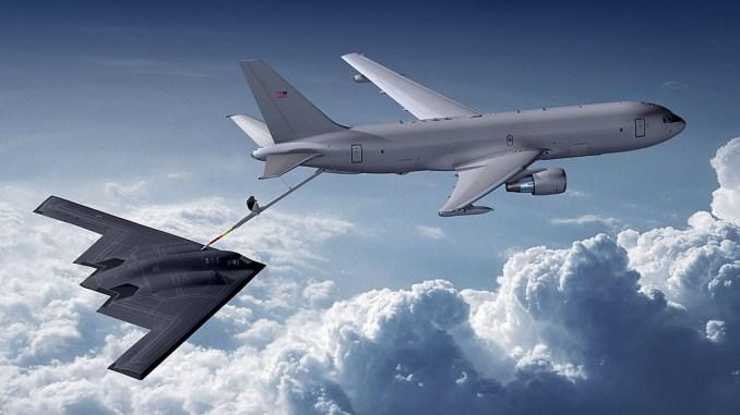طائرة K-46A تزوّد قاذفة B-2A بالوقود