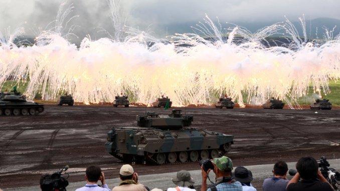 دبابات يابانية خلال عرض عسكري