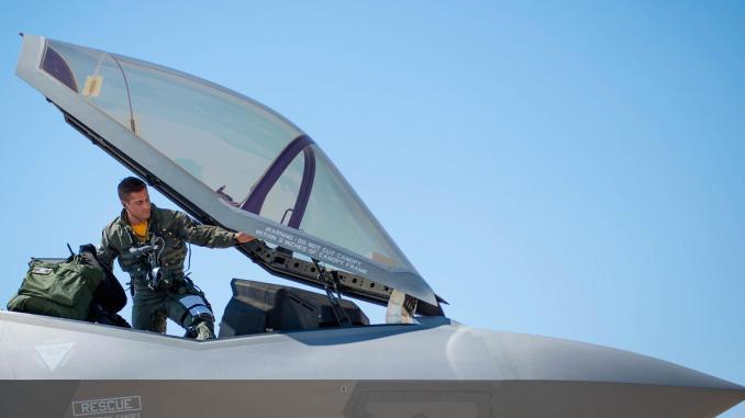 طيار أميركي على مقاتلة أف-35