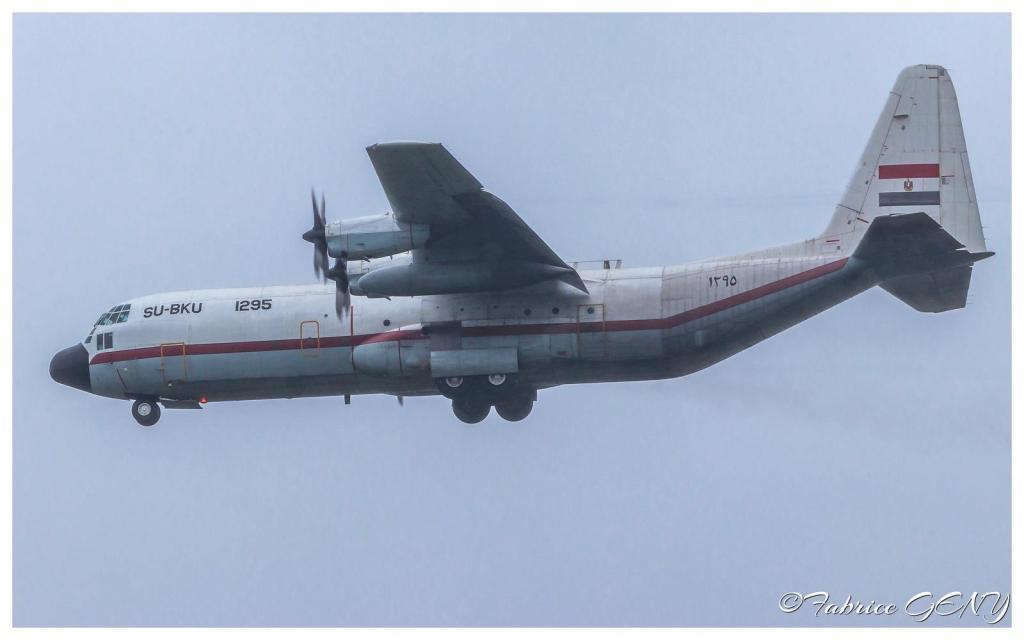 """طائرة النقل """"سي-130"""" المصرية خلال مرافقتها لمقاتلات رافال (بوابة الدفاع المصرية)"""