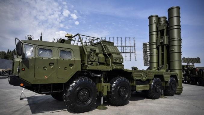 """منظومة """"أس-400"""" الروسية في معرض خارج موسكو في 22 آب/أغسطس 2017 خلال اليوم الأول من منتدى الجيش الدولي التقني العسكري 2017 (AFP)"""