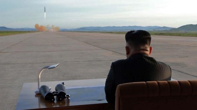 صورة نشرتها وكالة الأنباء المركزية الكورية الشمالية في 16 تشرين الثاني 2017 تظهر الزعيم الكوري الشمالي كيم جونغ أون وهو يشاهد عملية إطلاق حية لصاروخ هواسونغ-12 في مكان لم يكشف عنه (AFP)