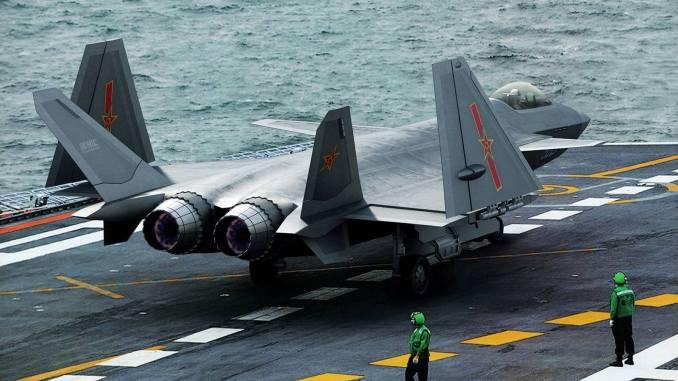 """مقاتلة """"جيه-20"""" الصينية تتحضر للإنطلاق من حاملة طائرات"""