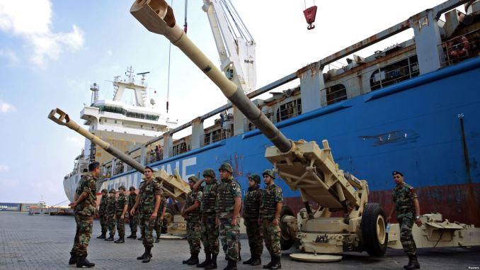 عناصر من الجيش اللبناني يقفون بالقرب من قطع مدفعية في مرفأ بيروت (9 أغسطس 2016)