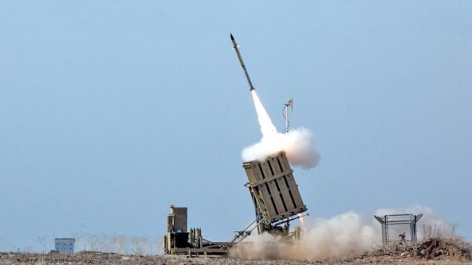 """صاروخ يُطلق من نظام القبة الحديدية الإسرائيلي خلال عملية """"عمود الدفاع"""" (Operation Pillar of Defense) لاعتراض صاروخ قادم من قطاع غزة."""