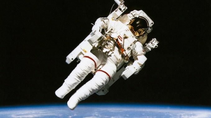 رائد فضاء يقوم بجولته في مدار الكرة الأرضية