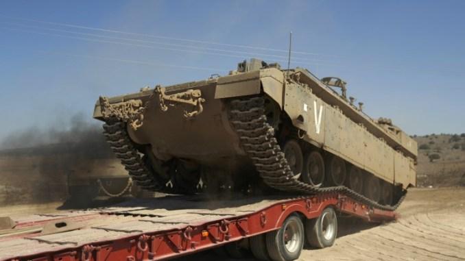 دبابة إسرائيلية خلال تدريبات عسكرية في الجزء الشمالي من مرتفعات الجولان التي ضمتها إسرائيل في السابع من أيلول/سبتمبر 2017 (AFP)