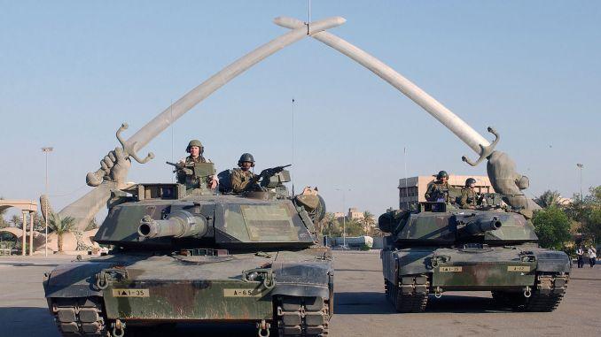 """دبابات M1A1 تابعة للجيش الأميركي """"في ساحة الحفل""""، في بغداد، العراق خلال عملية حرية العراق في 13 نوفمبر 2003 (وزارة الدفاع الأميركية)"""