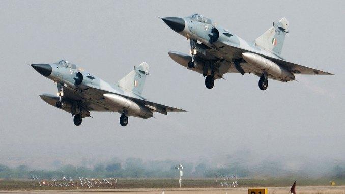 مقاتلتا ميراج 2000 تابعتان لسلاح الجو الهندي تقلعان خلال مشاركتها بفي تمرين عسكري مشترك مع فرنسا في غواليور، في 12 شباط /فبراير 2003، في ولاية ماديا براديش (AFP)
