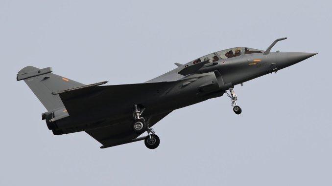 """مقاتلة """"رافال"""" خاصة بالقوات الجوية الأميرية القطرية تقلع من قاعدة بوردوكس-ميريغناك في فرنسا في نيسان/أبريل الماضي (صورة أرشيفية)"""