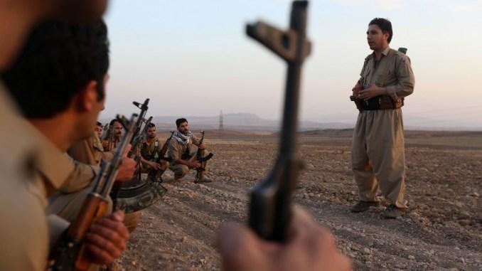 عناصر من البيشمركة الكردية الإيرانية والحزب الديموقراطي الكردستاني الإيراني يشاركون في تدريبات عسكرية روتينية في كويا على بعد 100 كلم شرق اربيل عاصمة منطقة كردستان العراقية في 22 تشرين الأول/أكتوبر 2017 (AFP)