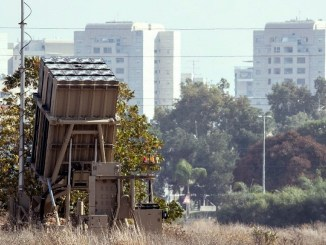 نظام القبة الحديدية، المصمم لاعتراض وتدمير الصواريخ وقذائف المدفعية قصيرة المدى الواردة، منشور في أور يهودا وسط إسرائيل، في 14 تشرين الثاني/نوفمبر 2017. (جاك غويز/AFP)