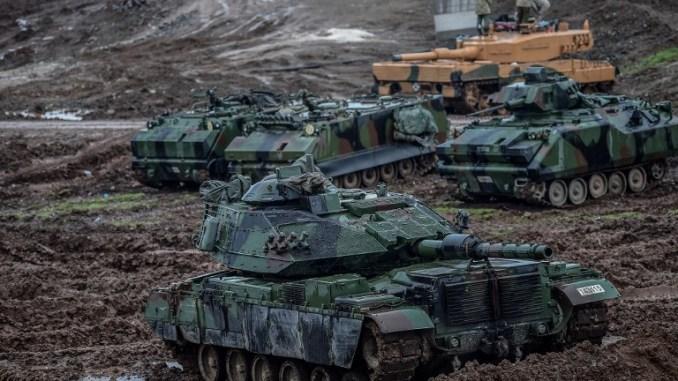 """دبابات تابعة للجيش التركي تتمركز في حقل بالقرب من الحدود السورية في حسا، في مقاطعة هاتاي في 25 كانون الثاني/يناير 2018، كجزء من عملية """"غصن الزيتون""""، التي أطلقت قبل أيام قليلة (AFP)"""