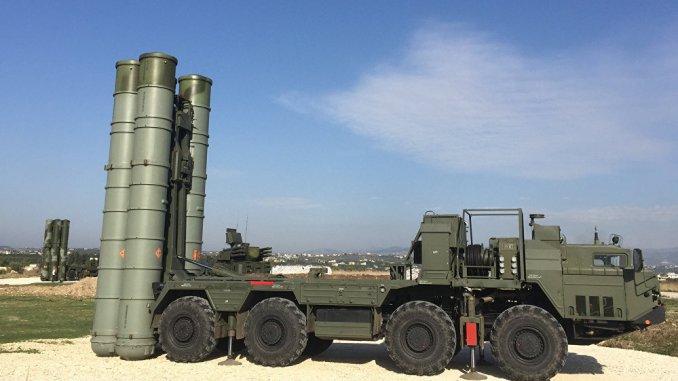 صورة نشرتها صفحة الفيسبوك الرسمية التابعة لوزارة الدفاع الروسية في 26 تشرين الثاني/نوفمبر 2015، تظهر نظام الدفاع الصاروخي أس-400 الروسي في قاعدة حميميم الجوية في محافظة اللاذقية السورية (AFP)