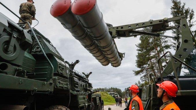 """إعادة شحن نظام صواريخ أرض-جو من طراز """"أس-400 تريومف"""" خلال تدريب عسكري لفوج حرس الصواريخ """"زفينيغورود 428"""" في مهمة قتالية (Getty Images)"""