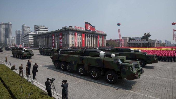 صاروخ مجهول الهوية، قيل إنه صاروخ من نوع هواسونغ شبيه بالذخيرة المستخدمة في إطلاق صاروخي في 14 أيار/مايو عام 2017، خلال عرض عسكري في بيونغ يانغ في كوريا الشمالية (AFP/Getty Images)
