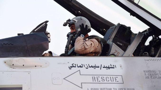 صورة نُشرت في 4 نيسان/أبريل 2015 من قبل وكالة أنباء الإمارات العربية المتحدة (وام) تظهر طياراً إماراتياً يجلس في قمرة قيادة طائرة مقاتلة على مدرج القاعدة الجوية السعودية بعد غارات ضد المتمردين الحوثيين الشيعة في اليمن كجزء من عملية التحالف بقيادة السعودية (AFP)