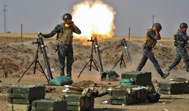 جنود من القوات العراقية يطلقون قذائف هاون على مواقع البشمركة الكردية بالقرب من منطقة فيش خابور الواقعة على الحدود التركية والسورية في المنطقة الكردية ذات الحكم الذاتي في 26 تشرين الأول/أكتوبر 2017 (AFP)