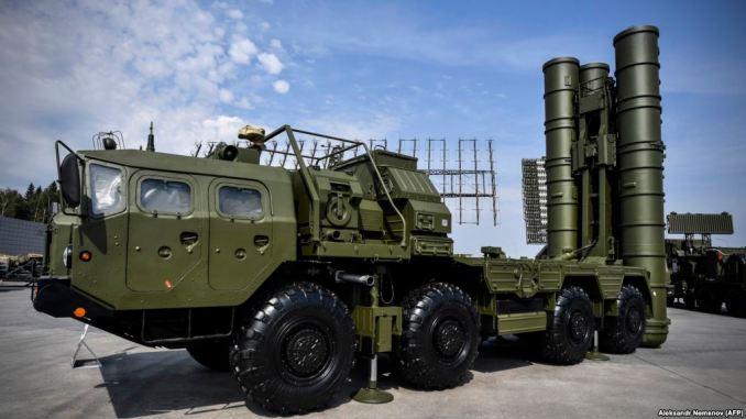 """نظام الصواريخ المضادة للطائرات الروسي """"أس-400"""" خلال عرضه في كوبينكا باتريوت بارك خارج موسكو في 22 آب/أغسطس 2017 ضمن فعاليات اليوم الأول من المنتدى الدولي التقني العسكري """"الجيش-2017"""" (AFP)"""