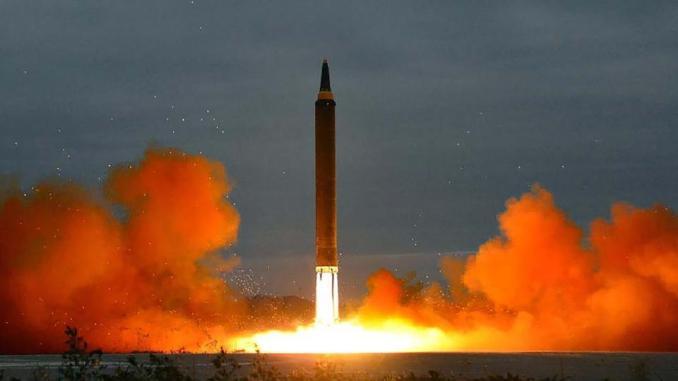 """صورة لوكالة الأنباء المركزية الكورية الشمالية الرسمية اتخذت في 29 آب/أغسطس 2017 تظهر صاروخ """"هواسونغ –12"""" البالستي الاستراتيجي متوسط المدى يُطلق من منصة الإطلاق في موقع لم يكشف عنه بالقرب من بيونغ يانغ (AFP)"""