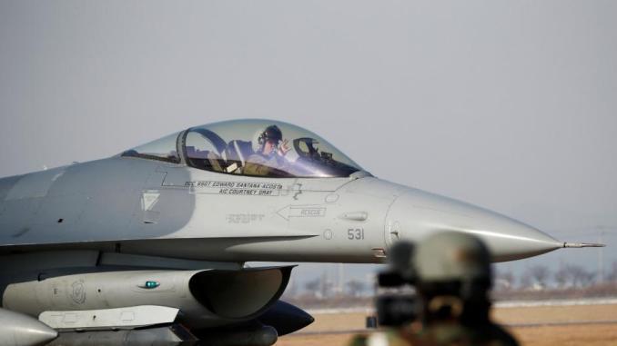 """مقاتلة من طراز أف-16 تابعة لسلاح الجو الأميركي تشارك في تدريبات جوية مشتركة تحت اسم """"فيجيلانت آيس"""" بين الولايات المتحدة وكوريا الجنوبية في قاعدة اوسان الجوية في بيونجتايك يوم 6 كانون الأول/ديسمبر 2017 (AFP)"""