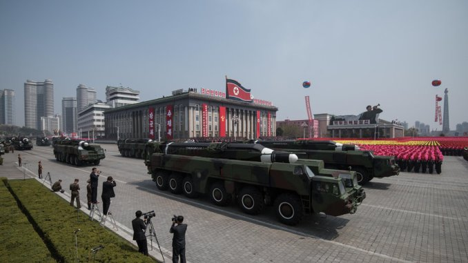 صاروخ مجهول الهوية خلال عرض عسكري بمناسبة الذكرى الـ105 لميلاد زعيم كوريا الشمالية الراحل كيم ايل سونج في عاصمة البلاد بيونغ يانغ في نيسان/أبريل 2015 (AFP/Getty Images)